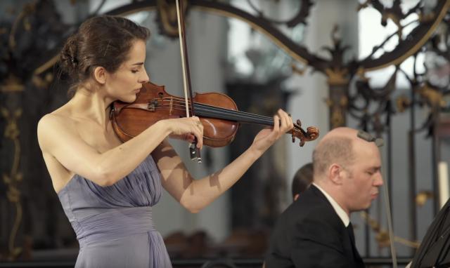 女性小提琴家古典樂演奏