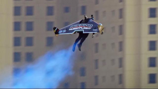 【真實版鋼鐵人】「飛行套裝」測試影片爆紅,時速高達 400 公里還能翻筋斗!