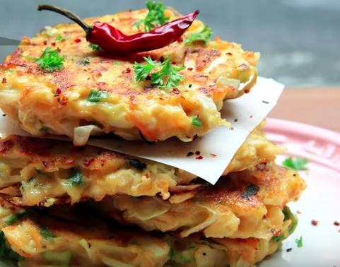 【三十分鐘上菜】早午餐:雞胸肉蔬菜煎餅、烤南瓜、菠菜綠拿鐵 |本餐熱量374大卡