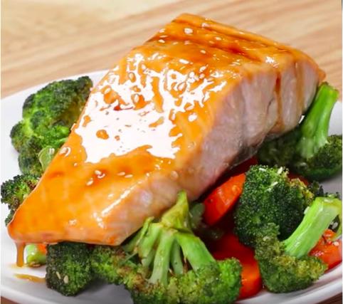 【三十分鐘上菜】烤箱搞定一餐:鮭魚烤時蔬、香酥馬鈴薯|本餐提供膳食纖維:10公克(達每日25公克建議量之40%)