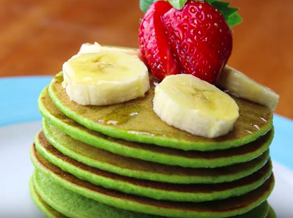 【三十分鐘上菜】綠色護眼早餐:菠菜鬆餅、鳳梨酪梨牛奶 |本餐熱量 330大卡
