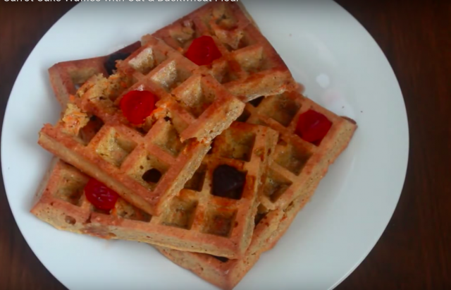 【三十分鐘上菜】健胃整腸早餐:燕麥蕎麥胡蘿蔔鬆餅、藍莓香蕉希臘優格奶昔|本餐熱量 390大卡