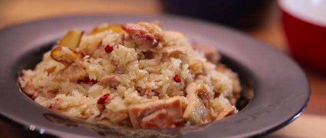 【三十分鐘上菜】麻油雞飯、炒芥蘭菜、番茄金菇湯。
