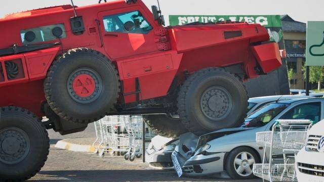 【市售野獸】把十噸軍車開到一般道路上,無視導航、輾壓一切 (中文)