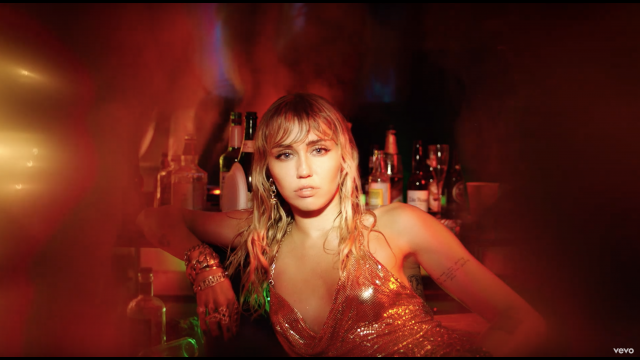 麥莉《Slide Away》MV釋出:離開這段無法回頭的戀情吧!