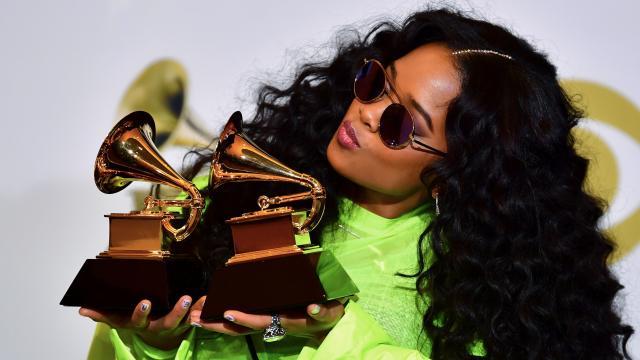 出道兩年奪下葛萊美獎的 R&B 神秘女伶:H.E.R.